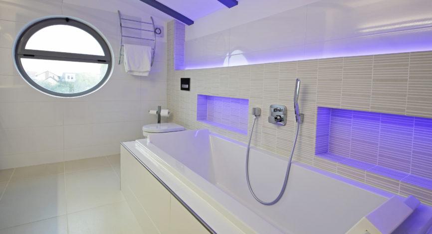 salle de bain contemporaine avec baignoire